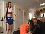 Su compañera de piso mamándosela a su chico - Actrices Porno