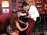 Tonteando con el camarero del bar - Zorras