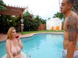 La vecina gorda ligando en la piscina - Gordas