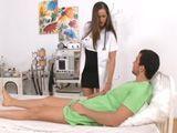 La doctora se acaba follando al joven paciente - Cerdas