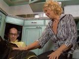 Pero señora, deja de tocarme la polla !! - Amas De Casa