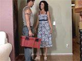 Divorciada cachonda se folla al fontanero - Amas De Casa