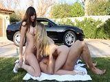 Sus amigas le ayudan a limpiar el coche - Trios