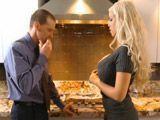 Antes de cenar me follo a uno de los invitados - Rubias