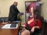 Mientras habla con el director la comen el coño - Secretarias