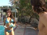 Paso la tarde en la piscina con mi cuñada - Cuñadas