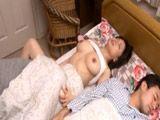 El marido duerme, a ella le comen el coño !! - Asiaticas