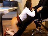 La secretaria se pone de rodillas y me la chupa - Secretarias