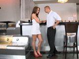 Tonteando con el camarero, se lo va a follar - Morenas