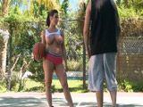 Kendra Lust follada en la pista de baloncesto - Actrices Porno