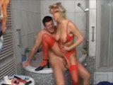 Ama de casa se folla al fontanero en el baño - Amas De Casa
