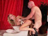 El mayordomo le da duro a la señora de la casa - Rubias