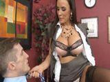 Lisa Ann deja al muchacho boquiabierto - Actrices Porno