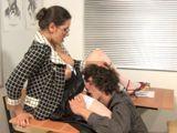 El alumno le come el coño a su profesora - Profesoras