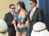 Intenta colarse, los guardas de seguridad la detienen - Trios