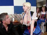 Descarada camarera intentando ligar con un cliente - Mamadas