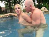 El morbo de follarte a la vecina casada en la piscina - Vecinas