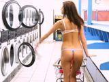Cachonda milf desnuda en la lavandería - Morenas