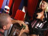 Bailarina de cabaret le gusta tontear con los clientes - Actrices Porno