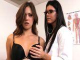 La doctora madura me toca un pecho sin pedirme permiso - Lesbianas