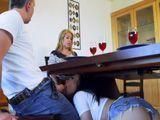 Se mete bajo la mesa y me la chupa, mamá no se entera - Cerdas