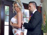 Ayudo a mi futura cuñada a ponerse el vestido de boda - Rubias