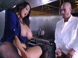 La jefa madura se masturba delante del jefe de cocina - Tetonas