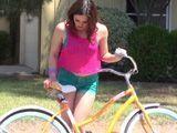 Mi vecina monta en bici con unos pantalones tan cortos - Cerdas