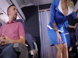El pasajero alucina con el culo de la azafata madura - HD