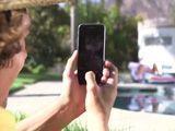 Madre e hija toman el sol, él las graba con su móvil … - Trios