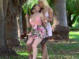 Se enrolla en el parque con una vieja amiga de universidad - Lesbianas