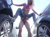 Mi cuñada y yo nos ponemos a follar entre los coches - Cuñadas