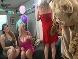 Mamá y sus amigas ebrias se divierten antes de la boda - Despedidas De Soltera