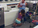Sexo con una de mis amigas en la lavandería pública - XXX
