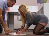 Mi jefe es un caballero, se me caen los papeles, me ayuda - HD