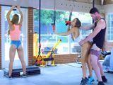 Se ponen a follar en la sala de musculacion del gimnasio - XXX