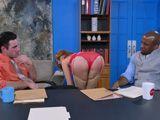 Estábamos reunidos cuando la secretaria se quitó la ropa - Secretarias