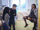 La mujer de la inmobiliaria nos enseñaba el piso … - Negras