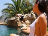 Todos chulean en la piscina delante de ella para ligársela - Morenas