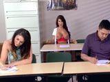 En mitad del examen le enseña las tetas al profesor - Sexo Fuerte
