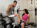 El entrenador ayuda a la madura en el gym - Actrices Porno