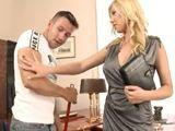 La secretaria MILF alucina con los brazos del limpiador - Porno Mix
