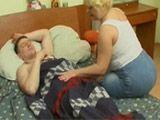 Madura gordita metiendo mano a su hijo - Gordas