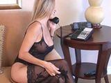 Llama al marido para que vuelva pronto de currar - Milf