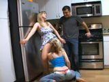 Calentón en la cocina, orgía porno familiar - Trios