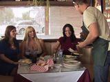 Tres guapas maduras tontean con el camarero - Orgias