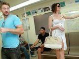 Se liga y se folla a una madura en el metro - Fotos Porno