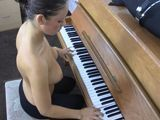 Una de mis alumnas toca el piano en tetas - Morenas