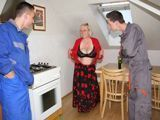 Mi madre y los jóvenes técnicos de la lavadora - Fotos Porno